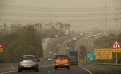 סופת אבק מכסה את כביש החוף ליד נתניה. צילום: shutterstock.com