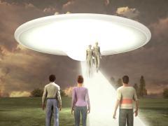מפגש בין בני אדם לחייזרים. איור: shutterstock