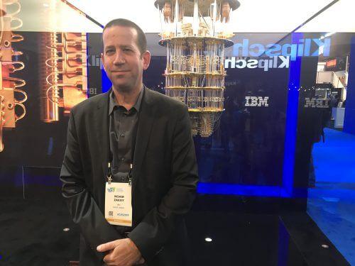 אומר נעם זכאי, מוביל פעילות המיחשוב הקוונטי של IBM באירופה כשברקע המחשב הקוונטי הראשון של יבמ, בביתן החברה בתערוכת CES 2019. צילום: אבי בליזובסקי