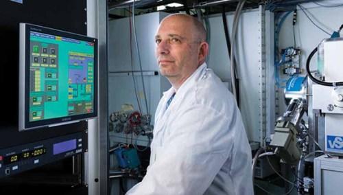 פרופ' שחר ריכטר במעבדה, בודק פתרונות יצירתיים לשימוש במדוזות כחומר גלם טבעי ומתחדש. צילום: אוניברסיטת תל אביב