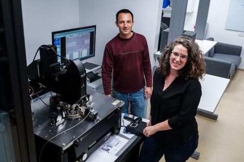 """ד""""ר שחר קוטינסקי (משמאל) עם הדוקטורנטית צפנת גרינברג-טולדו. צילום: ניצן זוהר, דוברות הטכניון"""