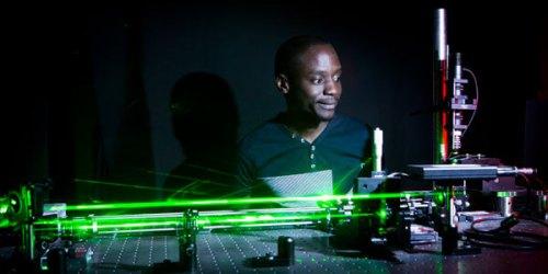 אחד מהחוקרים מפעיל את אלומת הלייזר במסגרת הניסויים [באדיבות:Wits University]