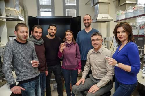 קבוצת המחקר של פרופ' חאיק. מימין לשמאל: יאנה מילוטין (חוקרת), פרופ׳ חוסאם חאיק, הדוקטורנט יהוא חורב, ד״ר ויקי קלופר (חוקרת), הדוקטורנט מוחמד ח׳טיב, עלאא גארא (חוקר) ומהנדס המעבדה ולאא סליבא
