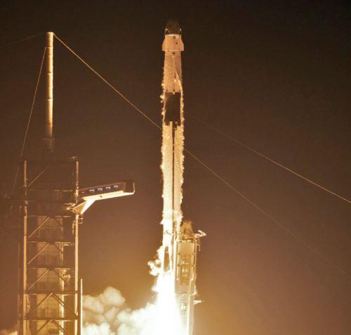 """שיגור משגר פאלקון 9 ועליו חללית דראגון הצוות ממריאים לטיסת ניסוי (עדיין בלתי מאויישת) לתחנת החלל הבינלאומית), 2 במרץ 2019. צילום: נאס""""א"""