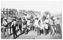 כורים במכרה היהלומים קימברלי בדרום אפריקה בתחילת המאה ה-20. צילום: מתוך ויקיפדיה - נחלת הכלל