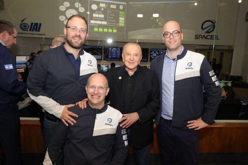"""מייסדי SpaceIL ביחד עם יו""""ר העמותה והתורם הראשי שלה מוריס קאהן. מימין לשמאל: כפיר דמרי, מוריס קאהן, יריב בש (יושב בכסא הגלגלים) ויונת ויינטראוב. צילום: איציק בירן"""
