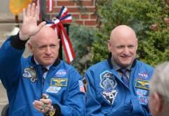 """האסטרונאוטים התאומים הזהים סקוט (מימין) ומארק קלי. סקוט שהה שנה בחלל, אחיו על כדור הארץ ושניהם עברו את אותם ניסויים במקביל. צילום: נאס""""א"""