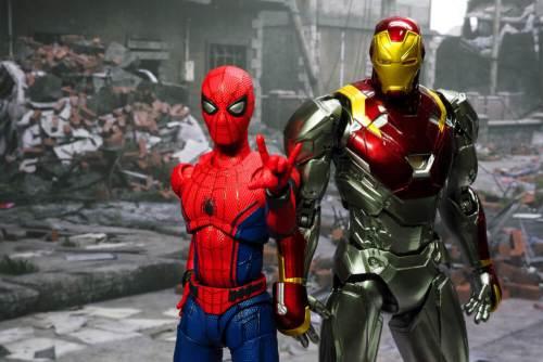 דמויותיהן של גיבורי הקומיקס של מארוול - איירון מן וספיידרמן בבנגקוק. צילום: shutterstock.com