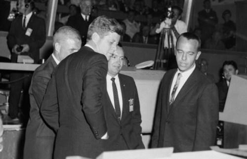 קראפט (במרכז) עם הנשיא קנדי (משמאל) במרכז הבקרה, ועם האסטרונאוטים אלן שפרד (מימין) וג'ון גלן | מקור: NASA