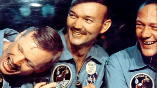 """האסטרונאוטים של אפולו 11 מיד לאחר שנאספו בידי ספינת החילוץ לאחר נחיתתם ביום. צילום: נאס""""א"""
