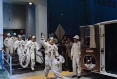 """משמאל לימין אלדרין קולינס וארמסטרונג עוזבים את מתקן מגורי הצוות ונכנסים ל""""אסטרו-ואן"""" בדרכם לכן השיגור 39A. צילום: נאס""""א"""