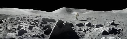 """עמק טארוס ליטרו על הירח, בתמונת פנורמה ששוחזרה מתמונות שצילמו האסטרונאוטים. דיוק הצבעים אושר על ידי האסטרונאוט האריסון שמיט. צילום: נאס""""א"""