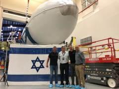 """מימין לשמאל: משה גולני, סמנכ""""ל הנדסה בחלל תקשורת, לי רוזן מנהל השיגור מספייסX, דוד פולק מנכ""""ל חלל תקשורת ואיציק שינברג משנה למנכ""""ל חלל תקשורת. צילום: SPACECOM"""