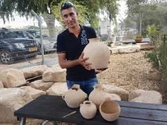 אחמד נסאר יאסין והממצאים בני ה-4500 שנה. צילומים: ניר דיסטלפלד, רשות העתיקות