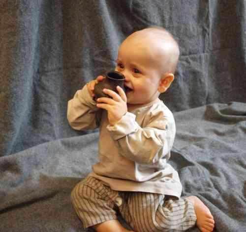 תינוק מודרני בודק העתק של אחד הבקבוקים העתיקים. הלנה זיידל דה פונסה, התמונה סופקה על ידי המחברת.