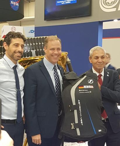 ראש נאס''א ג'ים ברידנסטיין עם אבי בלסברגר ראש סוכנות החלל הישראלית וד''ר אורן מילשטיין מנכ''ל סטמראד. צילמה מורן קוגן