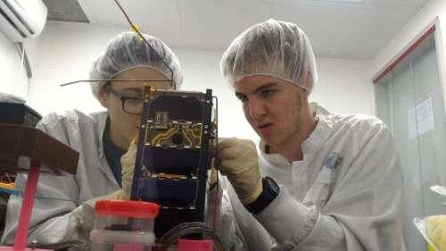 תלמידים עובדים בחדר הנקי על הלוויין דוכיפת 2. תמונת ארכיון - מרכז המדעים הרצליה