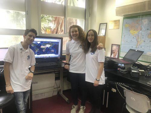 מימין לשמאל - גל לוין, הילה ריבלוב ויותם רבין בתחנת הקרקע של הלוויין דוכיפת 3 במרכז המדעים בהרצליה. צילום: אבי בליזובסקי