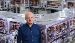 פרופ' דניאל זייפמן על רקע הטבעת הקריוגנית הגדולה בהיידלברג. תחליף למכונת זמן