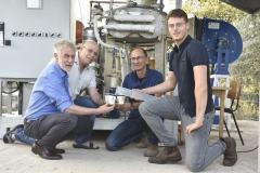 מימין לשמאל : לירון הובר, אילן כץ, פרופ' ערן פרידלר ופרופ' דוד ברודאי לצד המערכת שפיתחו ואשר מפיקה מים מן האוויר. צילום: דוברות הטכניון
