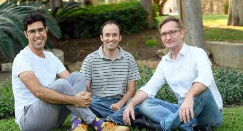 """מימין: ד""""ר האגן הופמן, ד""""ר גבריאל רוזנבלום ויאיר הראל. רגישים לסביבתם. צילום: דוברות מכון ויצמן"""