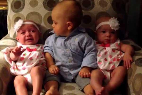 İlk Defa İkiz Gören Bebeğin Şaşkınlığı