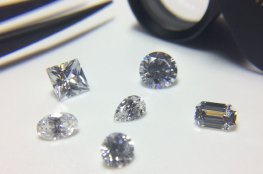 How to tell the difference between and Diamond and a Cubic Zirconia