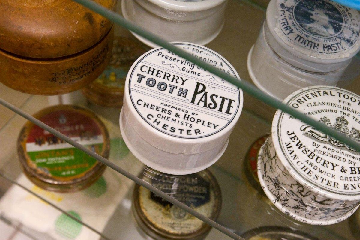 Storia del dentifricio, dalle schegge di vetro alle formulazioni moderne