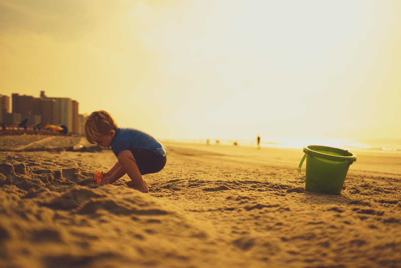 giochi da fare in spiaggia - bambino sulla sabbia