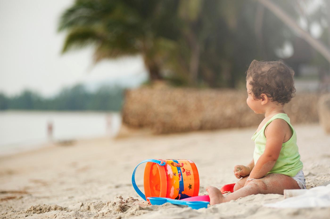spiagge per bambini - bambino sulla sabbia