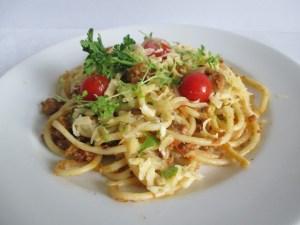 Húsos paradicsomos spagetti tálalva