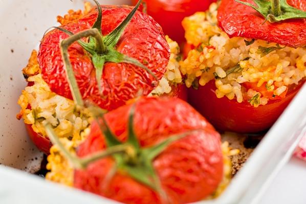 Tomates rellenos con arrolladitos de verduras  Platos
