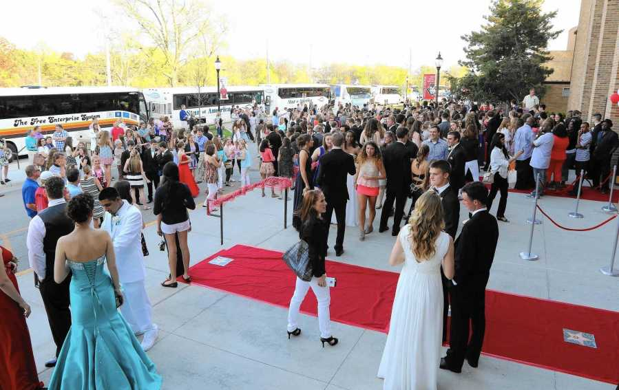 Students+get+ready+for+prom+2016