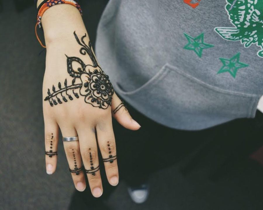 The+Muslim+Student+Association+hosted+a+henna++event+where+students+designed+tattoos+on+their+peers+to+help+raise+money+for+charity.