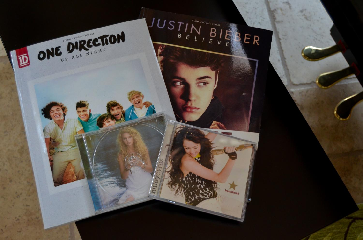 The playlist features many artists, including One Direction, Taylor Swift, Justin Bieber, and Miley Cyrus.
