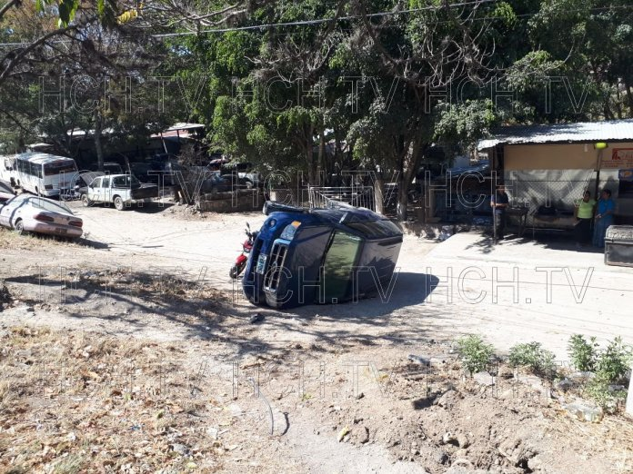 Camioneta volcó en el km.12 carretera a Olancho, dejando solo pérdidas materiales