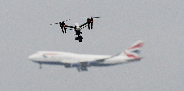 Diyaarada British Airways Oo Ay Aad Ugu Soo Dhawaatay Diyaarad Yar Oo Drone Ah
