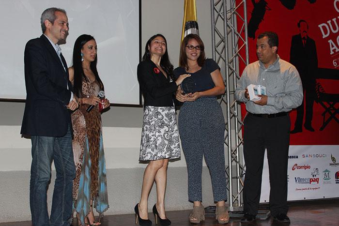 En la entrega de la categoría Mejor Corto por Celular las estudiantes Gabriela Méndez y Merybell Reynoso están felices. Les acompañan el profesor Isaías Miguel Ortiz y el gerente general de Samsung en República Dominicana, Gabriel Ujueta.