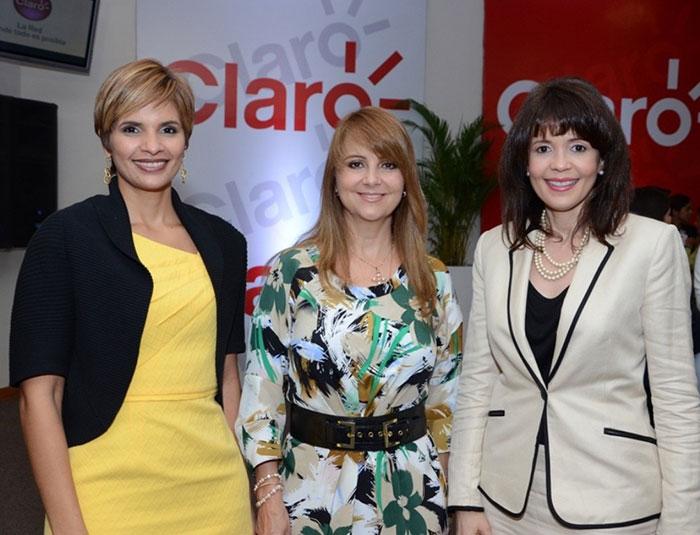 Durante el acto de graduación de los maestros, Nuria Piera en compañía de Gerty Valerio y Jenny Abreu, ejecutiva de Claro.