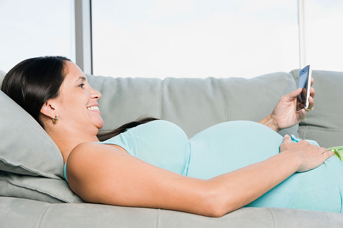 pregnant-woman-phone