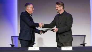 Carlos Tavares, PSA (left) and Mike Manley, FCA (right), shake hands after signing the historic merger agreement. (FCA).