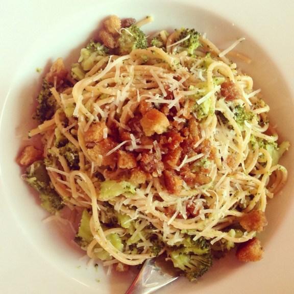 Spaghetti di Grano Integrale con Broccoli e Mollica Croccante Saporita