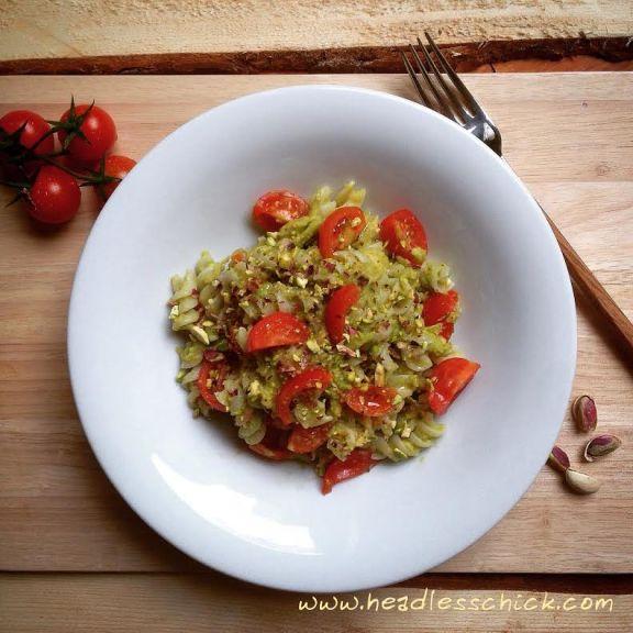 Pasta con Pesto di Avocado, Pomodorini Ciliegini e Pistacchio