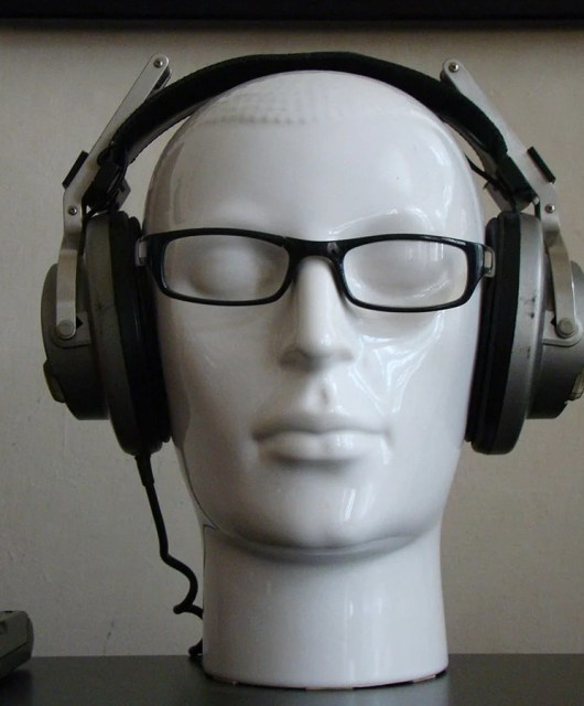 Achieving Emulsion: How to Wear Glasses With Headphones Comfortably