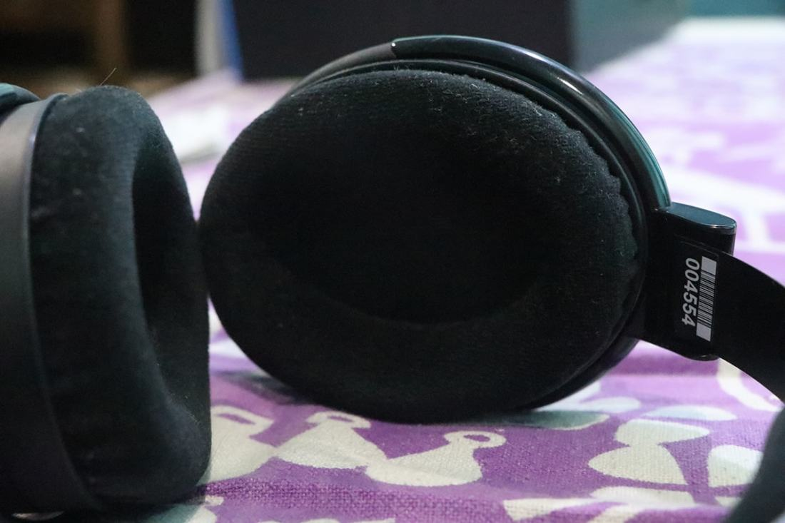 The velour ear pads have a nice feel to them and they are detachable