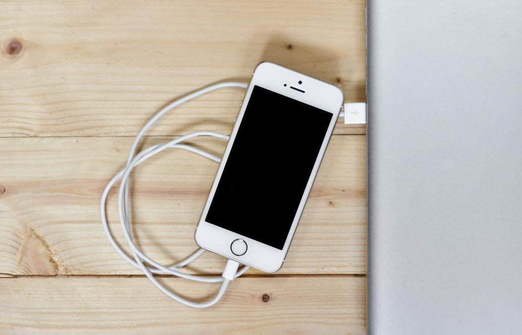 smartphone conectado a laptop