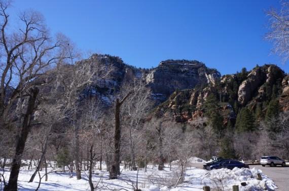 West Fork Trailin alkupää on tasaista aluetta, joka on luultavasti kesällä niittyä. Reitti alkaa 1500 m korkeudesta.