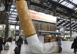 «С вас 68 евро, месье…»: как парижские власти учат курильщиков хорошим манерам