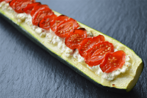 Gevulde courgette met cottage cheese en tomaat