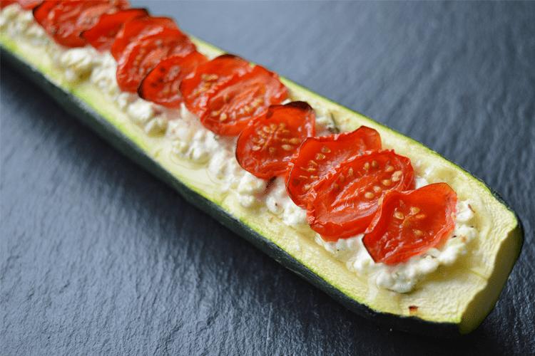 Gevulde courgette met cottage cheese en tomaat